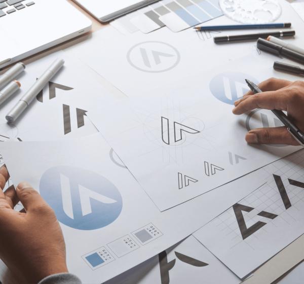 グラフィックデザイナーがロゴをデザインする様子