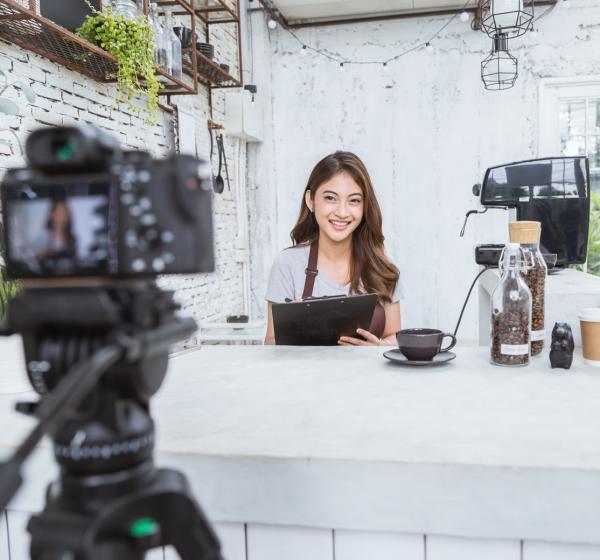 動画撮影する女性