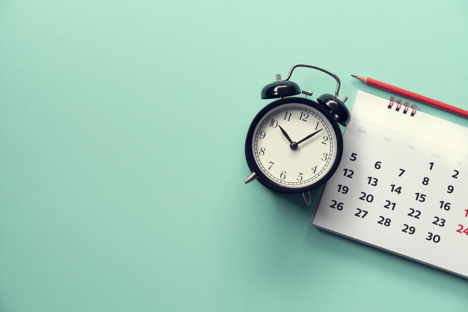 目覚まし時計とカレンダー