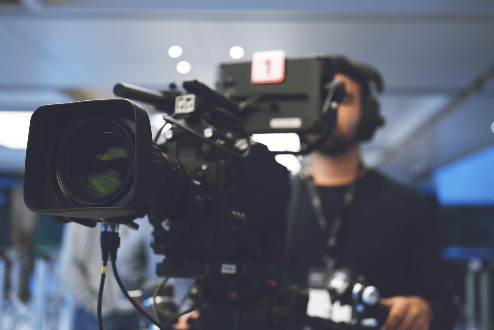 動画を撮影するカメラマン