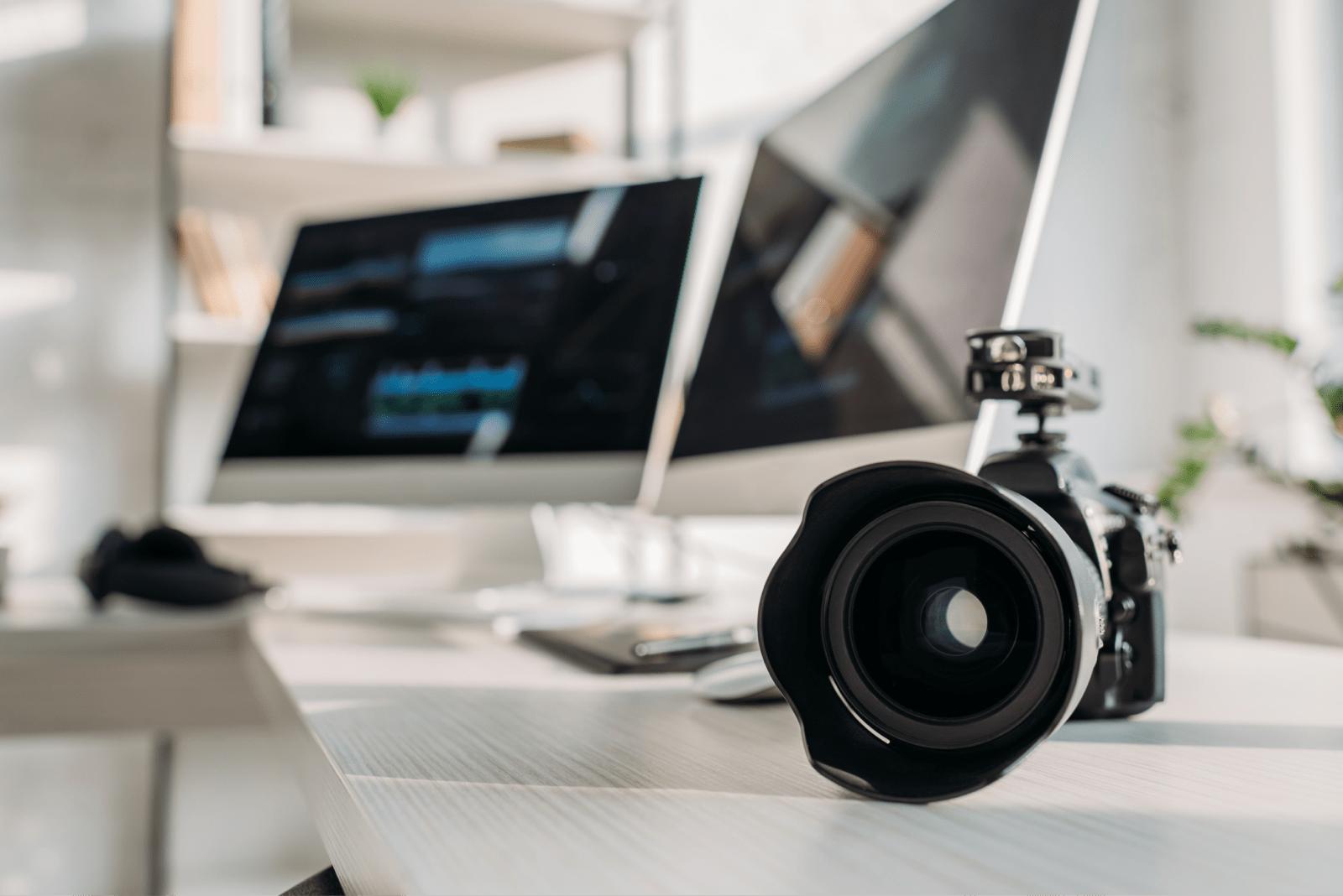 パソコンの近くに置かれたカメラ