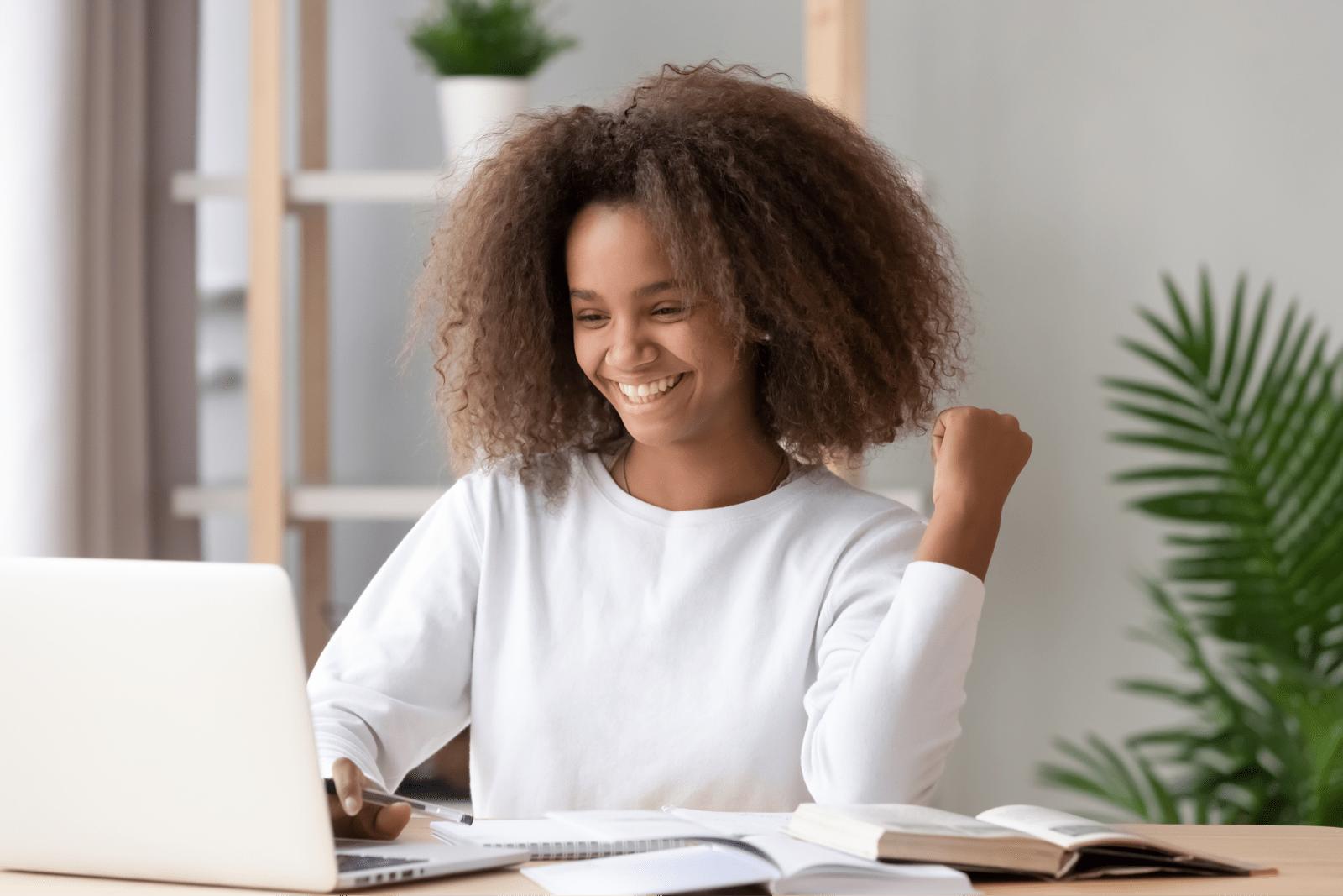 パソコンを見て微笑む女性