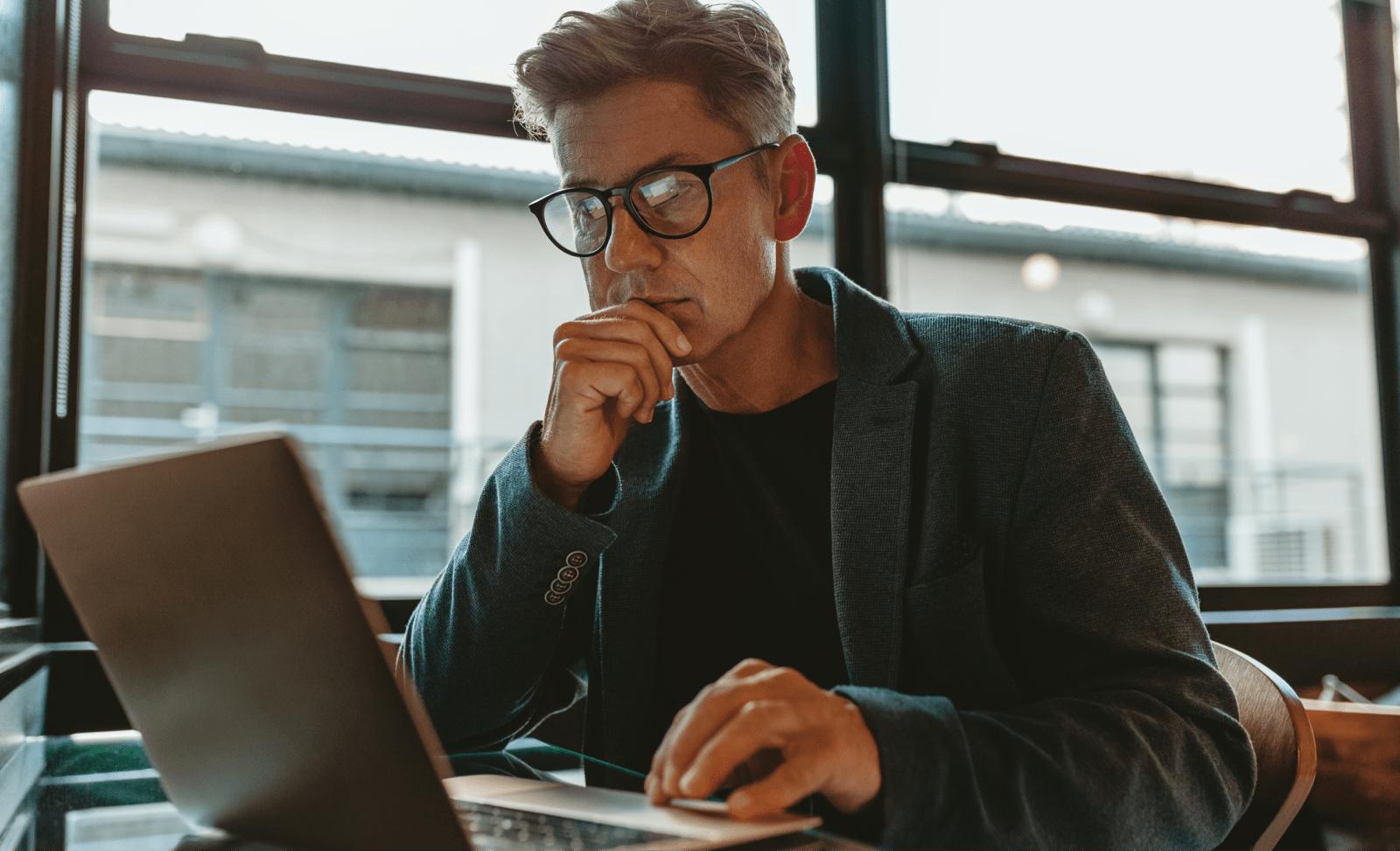 ノートパソコンを見る男性