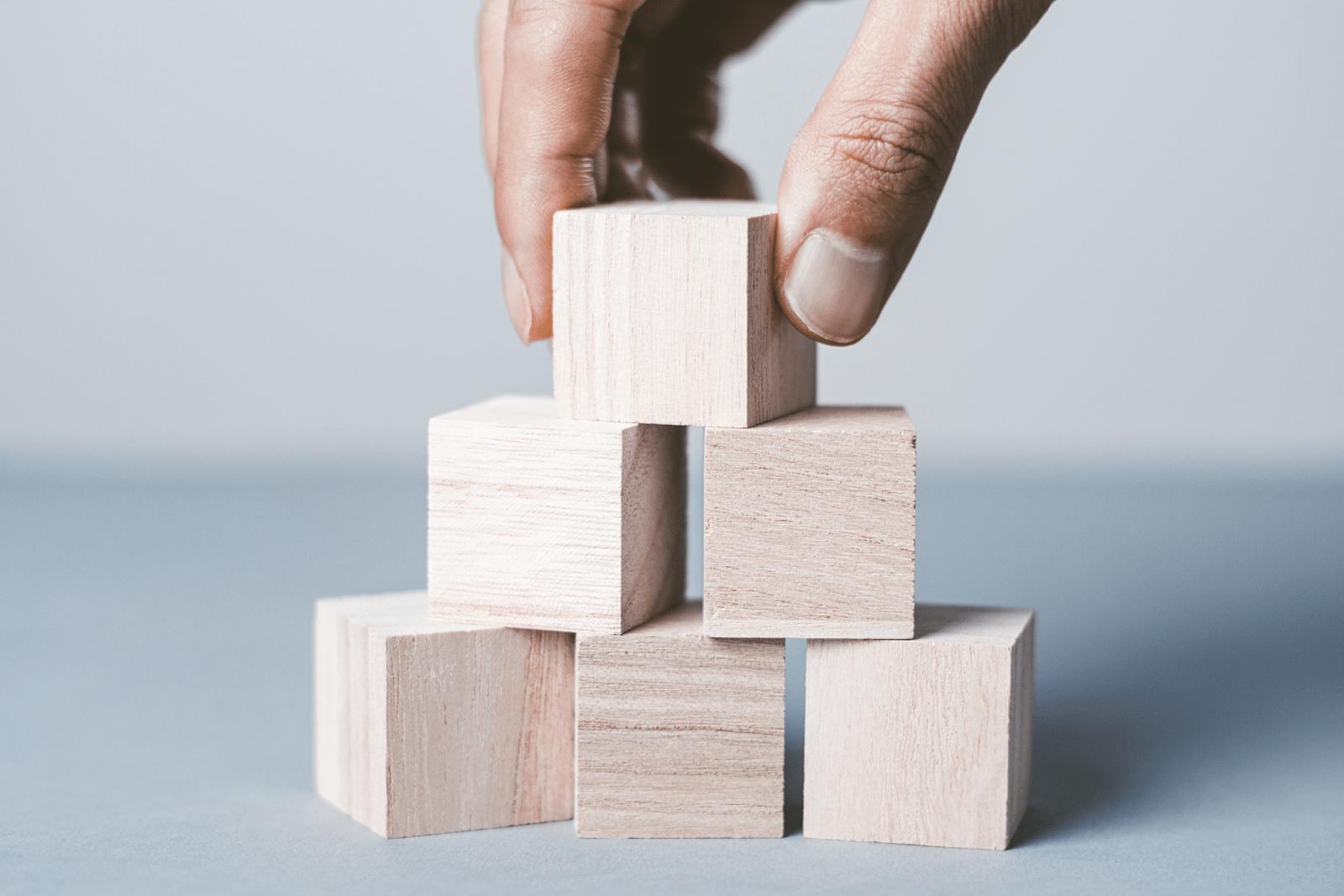 木製ブロックを積む人
