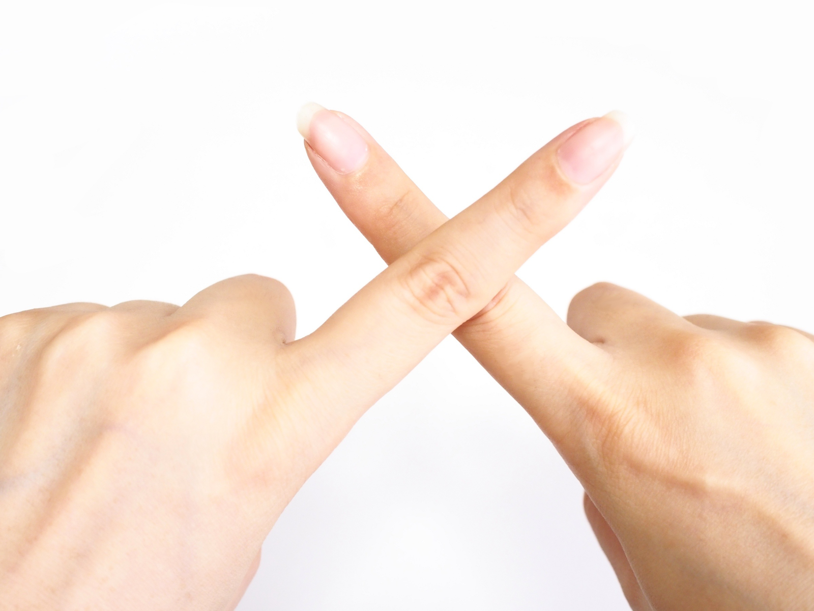 バツをつける女性の手
