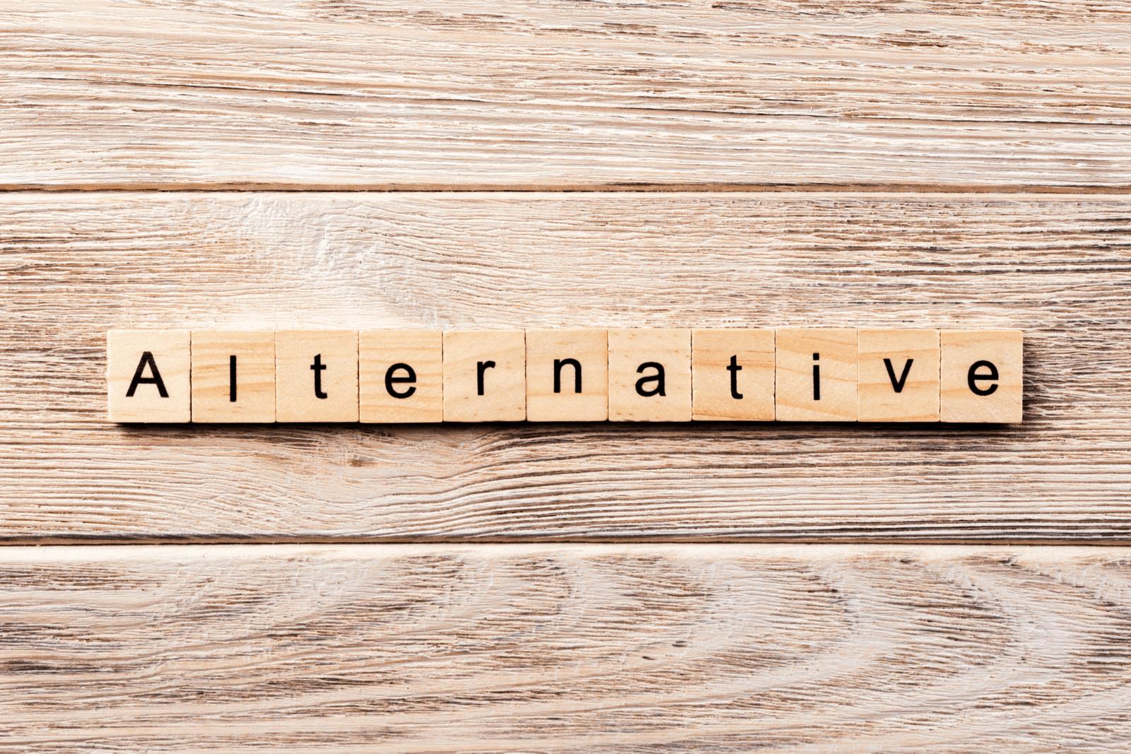 「Alternative」と印字された木のブロック