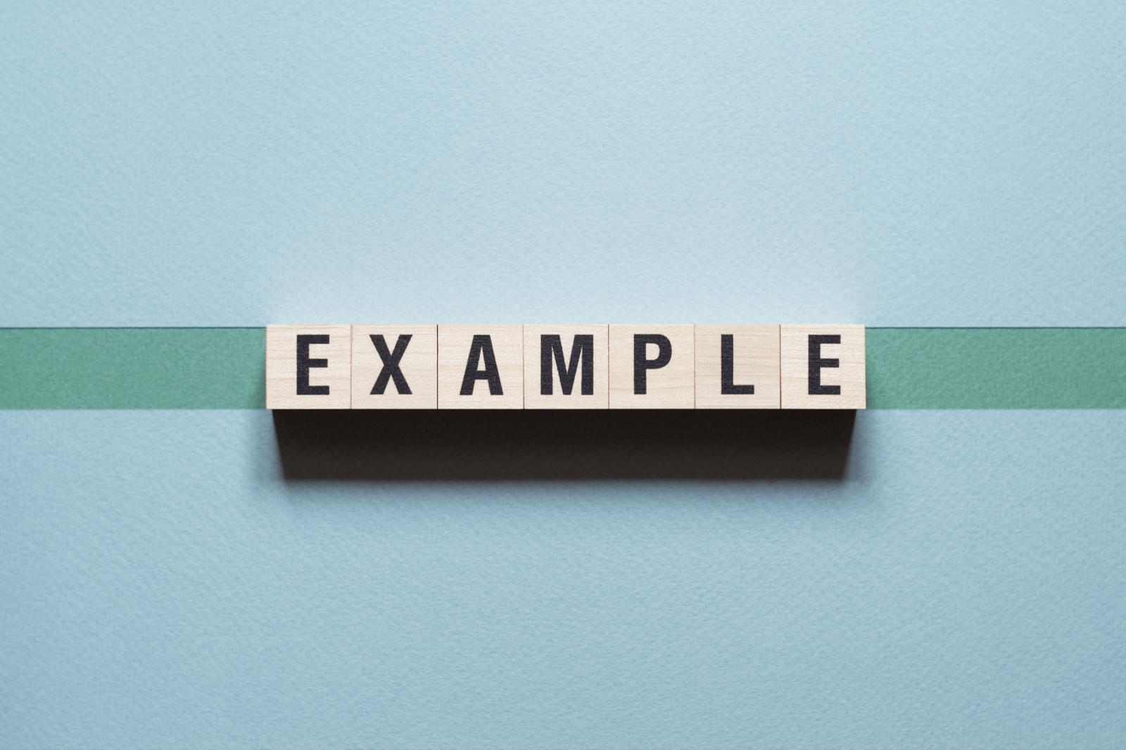 「Example」と印字された木のブロック