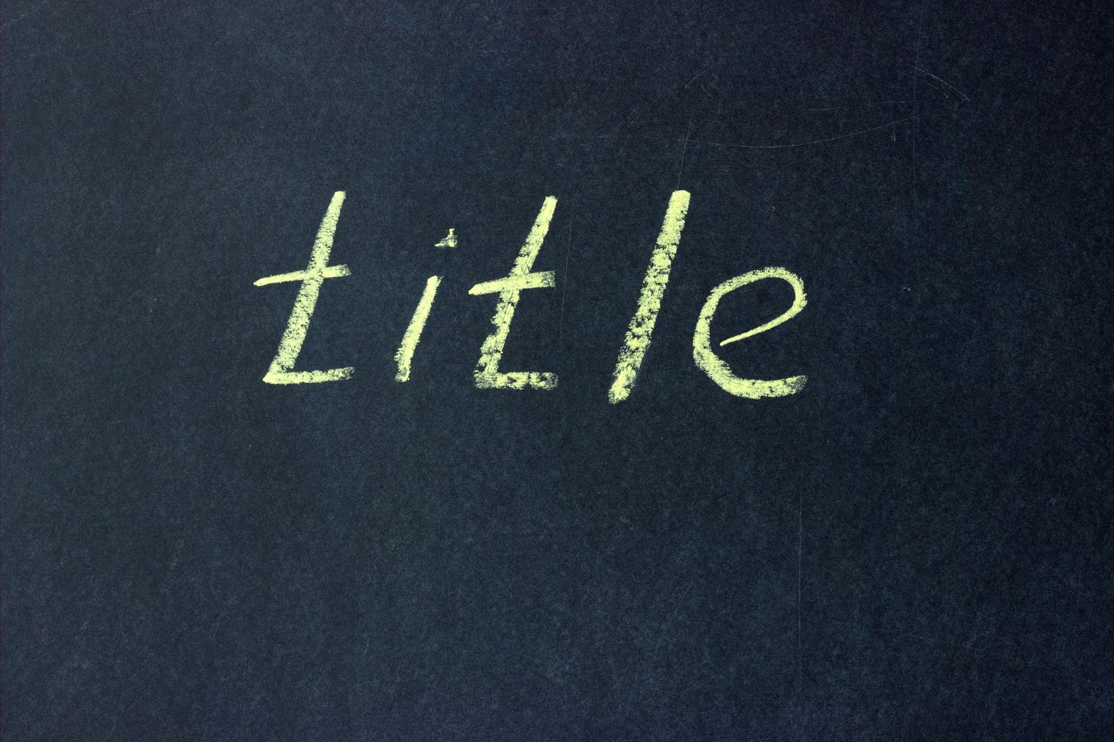 黒板に書かれた「title」の文字