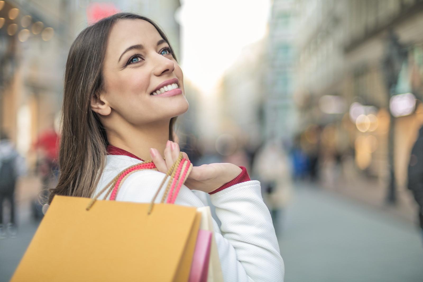 買い物袋を持つ笑顔の女性