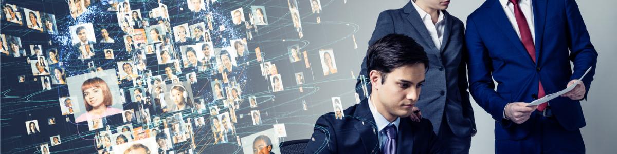 グローバルネットワーク上から、様々な人のプロフィール画像を見るビジネスマンたち